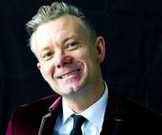 Casper Christensen som vi alle kender og holder af. Komiker der ikke er bange for noget og garantere for at underholde alle. Kendt fra