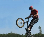 En trup af eksperter med cykler af høj kvalitet der laver vilde ting som at springe over personer, ned fra ting og andre stunts. Der er også nogle sjove ting der bliver lavet så der er masser af dejlig underholdning