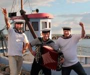 glad underholdning med dygtige musikere der kommer og spiller sømandsviser på fuld styrke. Altid harmonika og godt humør