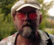 Jens Memphis er sanger poet og har mange talenter som han kan spille på. Spiller både Jazz og andre typer for musik