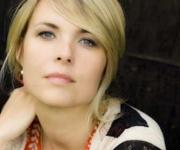 Karen Busck er sangerinde med stort S. Med flere album i bagagen og en stemme der passer til hendes erfaring går man ikke galt i byen med hende. Kan anbefales til imtim koncerter til den store scene.
