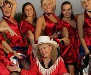 Country & Western Dance Show er med i Karins Square Dance Show. Flotte piger, høje spark og den fineste dans kan du forvente når du får de her piger på besøg