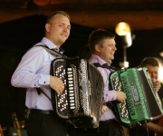 Kristian Rusbjerg og Jens Peter Nielsen kan deres kram når det kommer til harmonika. De to harmonikaeksperter har flere plader bag sig og kan, med et samlet salg på over 85.000 eksemplarer, kalde sig konger på harmonika-tronen.