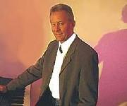 Med over 30 år som festmusikker kan Kristian Pedersen sit kram. Repertoiret på godt 400 sange fra pop-rockens 60'ere bliver ofte fornyet med nye, der læres udenad til publikums fornøjelse