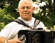 Lille Palle Andersen spiller derudad. Hør erfaringen på hamonika udfolde sig i egne kompositioner samt: viser, klassisk musik, wiener dialekt, fællessang, evergreens.