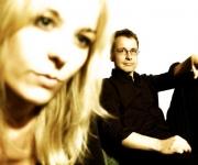 Rikke Pertou Mach og Jens Christian Kwella, to konservatorieuddannede musikere, spiller musik så man tror det er løgn. Med en lækker jazzvokal og stilet guitarspil fortrylles publikum på professionel vis