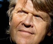 Niels Noller Olsen lukker op for et liv der har både en skyggeside og en solstråle. Smukt som et stjerneskud er fortælling fra Noller fra Brødrene Olsen