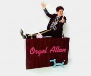 Orgel Allan kender man fra Snurre Snups Søndagsklub hvor han hjalp med at lave musik til børnenes indsendte kærlighedserklæringer