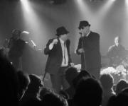 John Belushi og Dan Aykroyd spillede i sin tid rollerne Jake og Elwood i The Blues Brothers. Her får du det tætteste på den ægte vare med The Blues Brothers Souvenir Show!
